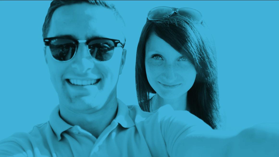 kobieta i mężczyzna robią sobie selfie